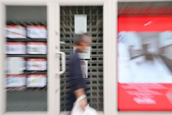 © Reuters. FILE PHOTO: A man walks past a real estate agency during the coronavirus disease (COVID-19) outbreak in Madrid
