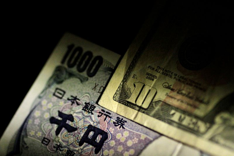© Reuters. Ilustration photo of U.S. dollar and Japan Yen notes