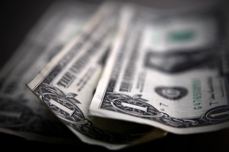 Dollar Edges Higher, But Set For Another Weekly Decline By Investing.com